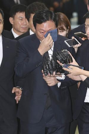 [뉴스핌 포토] 故 이인원 빈소서 눈물 흘린 신동빈 '침통'