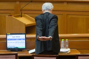 [뉴스핌 포토] 朴대통령 탄핵심판 8차 변론, 서석구 변호사의 스트레칭