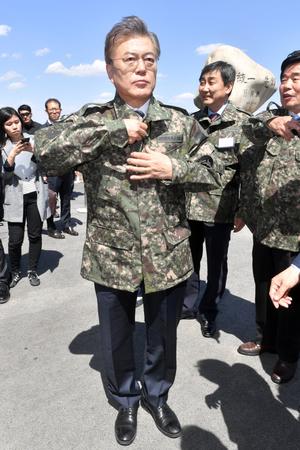 """[뉴스핌 포토] 軍 화력훈련 참관한 문재인 """"대선 앞두고 사드배치 강행할 일 아냐"""""""