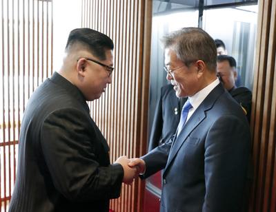 [사진] 문재인‧김정은, 평화를 위해 맞잡은 두 손