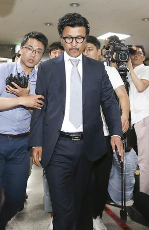 [뉴스핌 포토] '성추행 혐의' 이주노, 경찰 출두… 취재진 질문에는 '침묵'