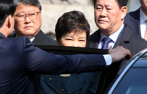 [뉴스핌 포토] 사상 첫 전직 대통령 영장심사, 법원 향하는 박근혜