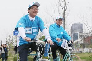 """[뉴스핌 포토] 유승민 """"자전거 타고 누빈다"""" 희망페달 자전거 유세단 발대식"""