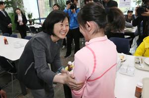 [뉴스핌 포토] 태릉선수촌 찾은 안철수 후보 부인 김미경씨