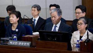 [뉴스핌 포토] 나란히 앉은 박근혜 전 대통령과 최순실…서로 눈길 한번 주지 않고