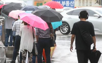 [포토뉴스] 오늘날씨, 우산꽃 핀 출근길···전국 밤까지 단비