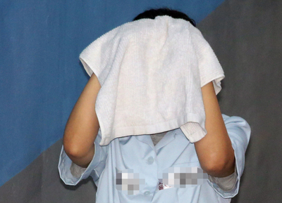 [뉴스핌 포토] 수건으로 얼굴 가린 '100억 부당수임' 최유정 변호사 2심서도 징역 6년