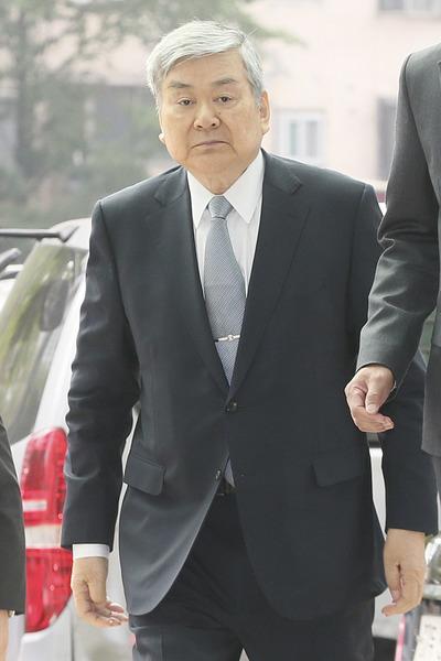 """[뉴스핌 포토] 주먹 불끈 쥔 조양호 회장 """"조사에 성실히 임하겠다"""" 경찰 출석"""