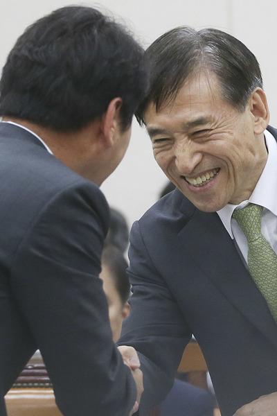"""[뉴스핌 포토] 美 금리인상 전망에, 이주열 한국은행 총재 """"급격한 자본유출 없을 것"""""""