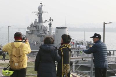 """[뉴스핌 포토] """"임무 완료"""" 시민 품에 안긴 퇴역 '서울함' 한강에 뜨다"""