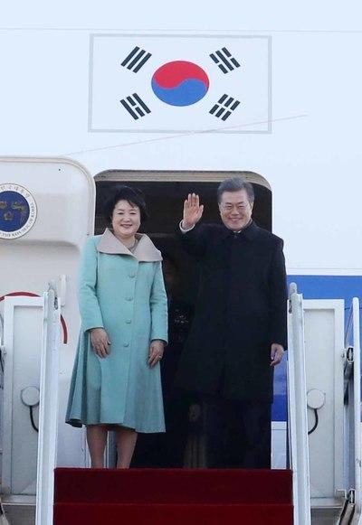 문 대통령, 중국으로 출국…내일 시 주석과 정상회담