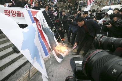 [뉴스핌 포토] 현송월 앞서 인공기 불태운 보수단체..경찰과 '충돌'