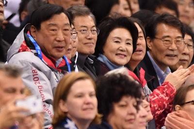 [뉴스핌 포토] 쇼트트랙 응원하는 문재인 대통령과 김정숙 여사