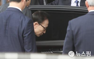 """[영상] 검찰 출두한 MB의 300자 입장문..""""다스는 없었다"""""""