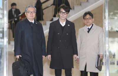 [뉴스핌 포토] 판문점 향하는 윤상 예술감독..왼쪽 가슴에 '태극기'