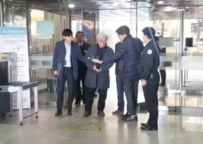 """[영상] '성폭력 혐의' 이윤택 구속심사..""""피해자 회유할 수 없는 상황"""""""