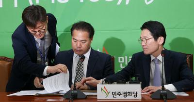 """[뉴스핌 포토] 공동교섭단체 닻 올리는 정의당·평화당 """"뭉쳐야 산다"""""""