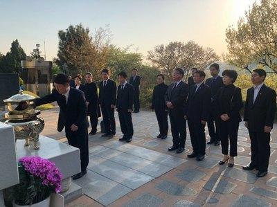 盧 묘소 찾은 '송파을' 최재성, '경남' 김경수 만나 동반승리 다짐