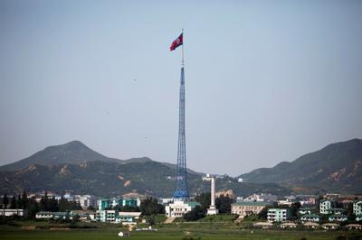 [사진] 판문점에서 본 휘날리는 북한 깃발