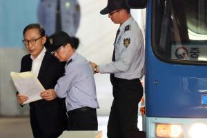 [사진] 호송차에서 내리는 이명박 전 대통령