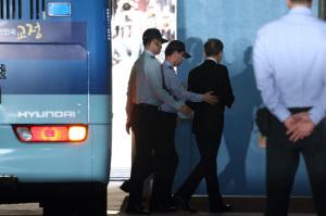 [사진] 이명박 첫 재판...62일 만에 모습 드러내