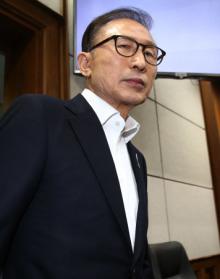 [사진] '첫 재판 출석' 이명박, 양복 차림에 노타이
