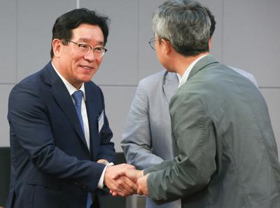 [사진] 뉴스핌 정책진단, 인사 나누는 민병복 대표이사