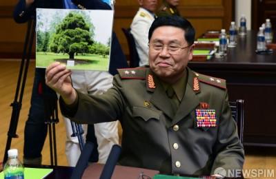 [사진] 北 대표  '이 것이 노무현 전 대통령이 심은 소나무'