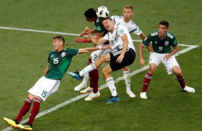 [사진] '공 하나에 달린 나라의 운명'…뛰어드는 선수들