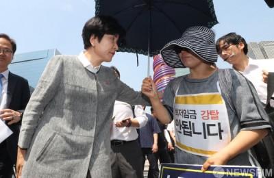 [사진] '최저임금' 항의 받는 김영주 장관