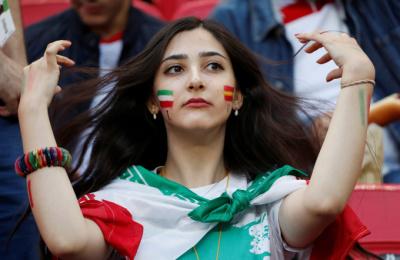 """[월드컵] 이란 여성들, '금녀의 경기' 첫 공식 관전…""""우리도 엄연한 축구팬"""""""