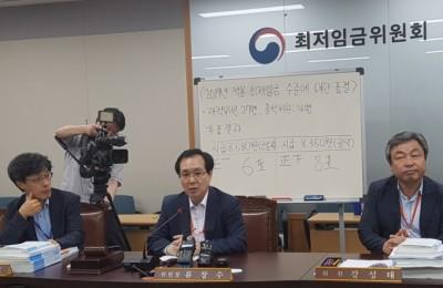 고용부, '8350원' 최저임금안 23일 고시...재심의 여부는 '불투명'