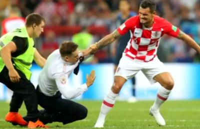 [포토스토리] 월드컵 결승전 난입 주인공은 반체제 록밴드 '푸시 라이엇'