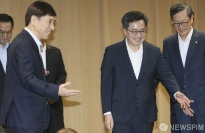 [사진] 이주열 한국은행 총재, '이쪽으로 가시죠~'