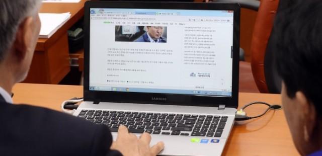 [사진] 청문회 도중 노회찬 사망 속보 보는 의원들