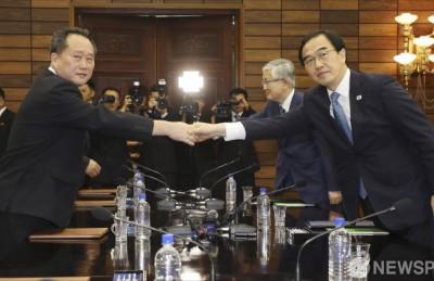 [사진] 남북고위급회담 개최... 악수하는 조명균 - 리선권