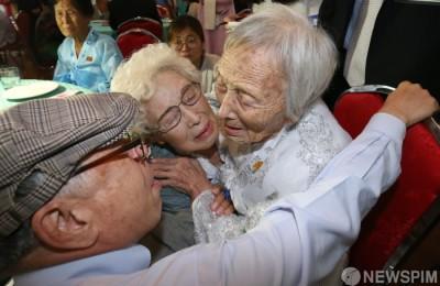 [사진] 이산가족 상봉...부둥켜안은 삼남매