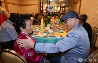 이산가족, 65년만의 저녁...인풍술·대동강맥주로 정(情) 나눠