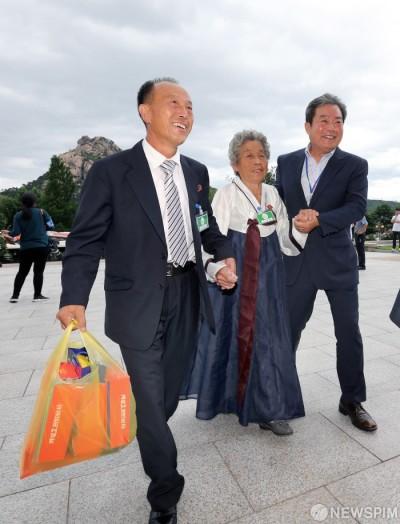 [사진] 남측 가족 위한 선물 들고서... '미소 활짝'
