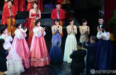 [사진] '관현악단 환영공연' 감사의 인사 전하는 문재인 대통령