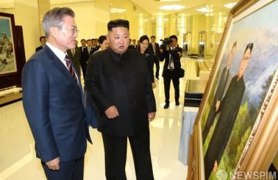 [사진] 김정은 위원장의 선물 받는 문재인 대통령