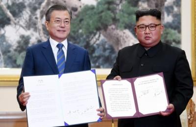 [사진] 평양공동선언서 펼쳐보이는 문재인-김정은