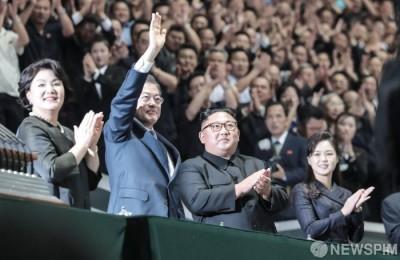 [사진] 평양 시민들 향해 손 흔드는 문재인