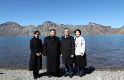 [사진] 남북정상, 백두산 천지에서 역사적인 기념촬영