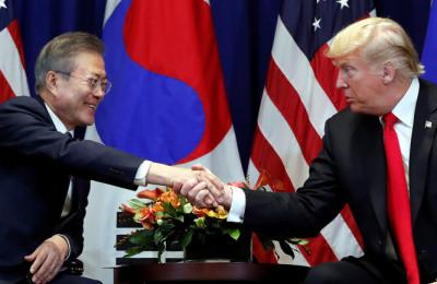 [사진] 회담에 앞서 악수하는 한미정상
