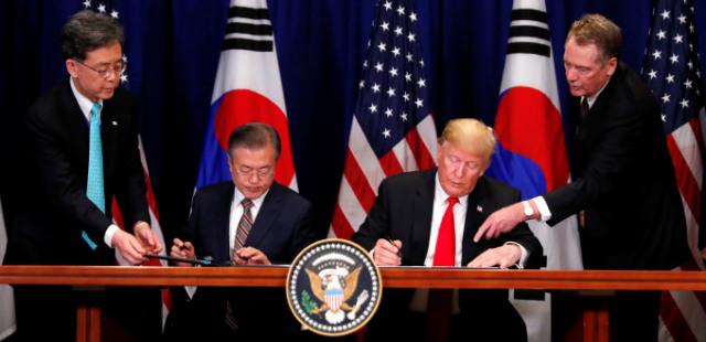 [사진] 한미 FTA 개정 협정에 서명하는 한미정상