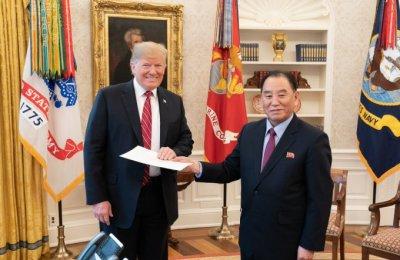 백악관, '김정은 친서' 받는 트럼프 대통령 사진 공개