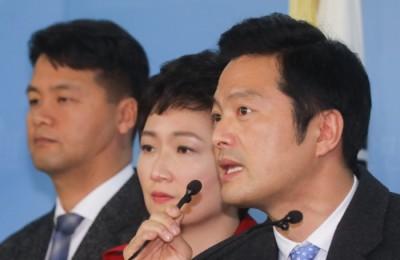 """국회에 선 김태우 """"보복성 압수수색 당해""""...박형철 반박에 3가지 재반박"""