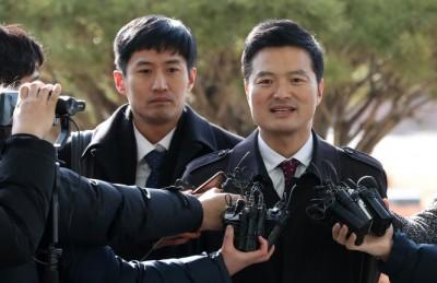 [영상] 김태우 전 수사관, 의미심장한 미소 지으며 고발인 신분 출석
