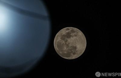 [사진] '가로등만큼 환한 슈퍼문'